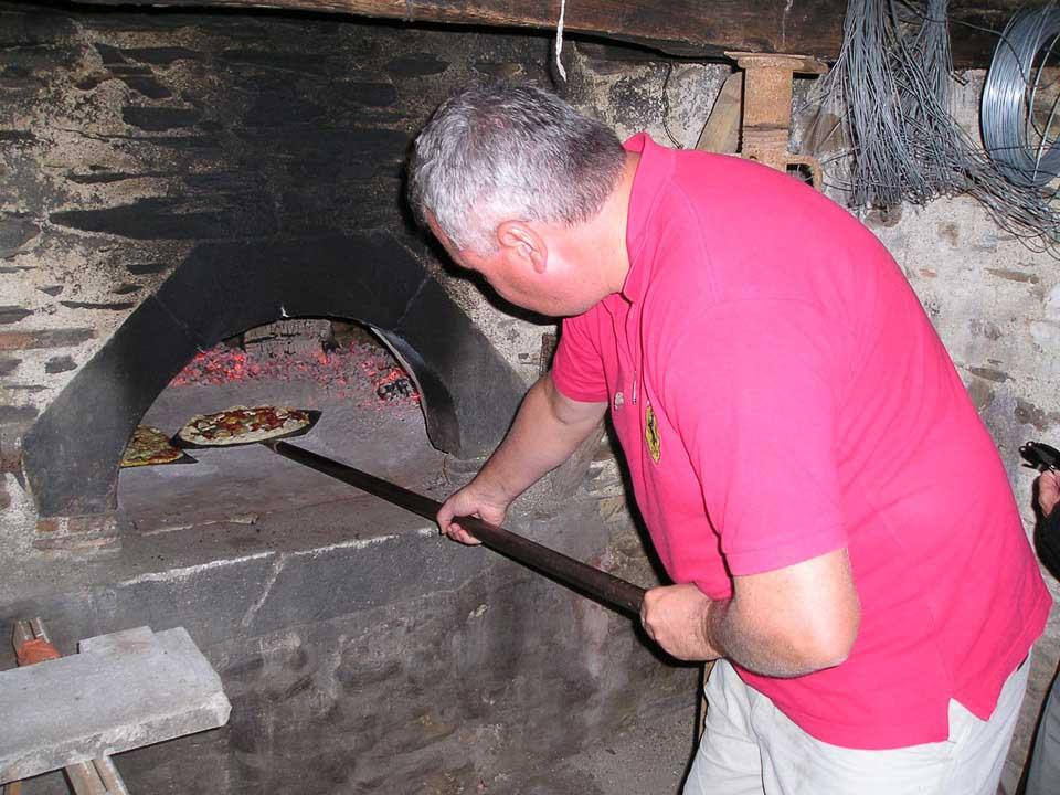 Un four à pain traditionnel pour cuisiner des pizzas